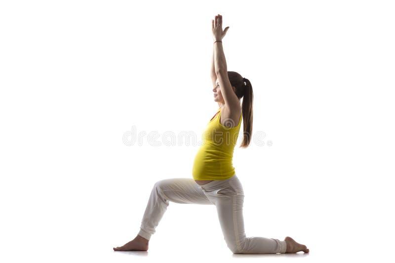 De yoga voor mamma-aan-is, Virabhadrasana 1 royalty-vrije stock afbeelding