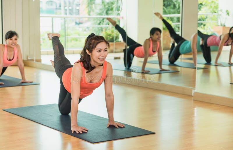 De yogaklasse die saldokat doen stelt met tweekleppig schelpdier ontspant emotie, Medita royalty-vrije stock fotografie