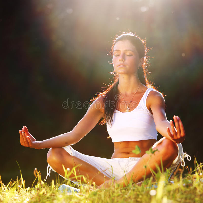 De yogazonsopgang van Lotus stock afbeelding