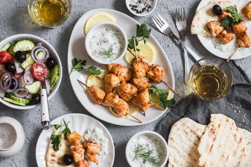 De yoghurt marineerde geroosterde kippenvleespennen met groenten en tzatziki Hoogste mening royalty-vrije stock afbeeldingen