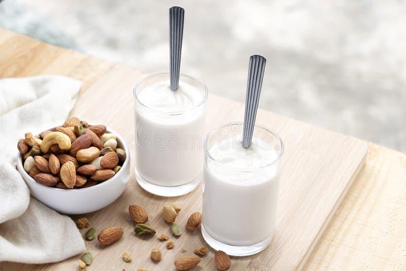 De yoghurt in twee glazen met gedroogd fruit is een gezond ontbijt stock fotografie