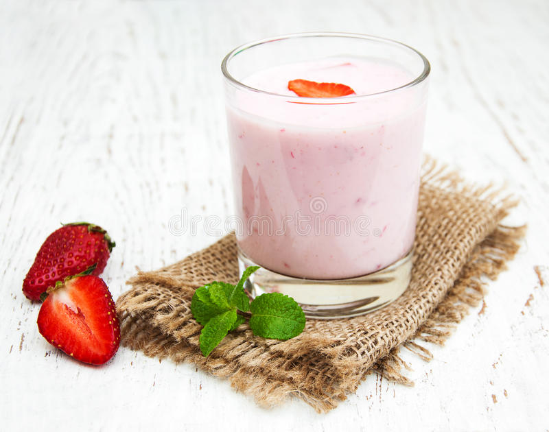 De yoghurt van de aardbei met verse aardbeien royalty-vrije stock fotografie