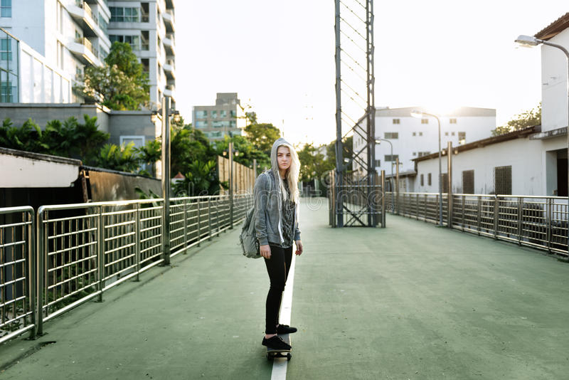 De Yougn de fille de planche à roulettes concept urbain dehors photographie stock libre de droits