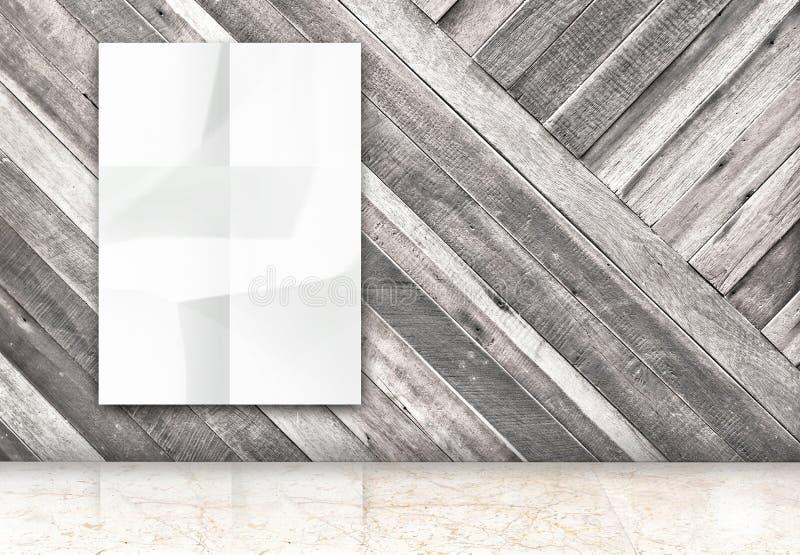 De Zaal met het hangen van spatie verfrommelde witte affiche bij diagonale houten royalty-vrije stock foto's