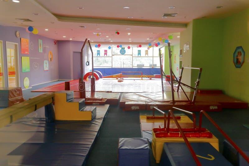 De zaal van de de gymnastiekoefening van kinderen stock foto's