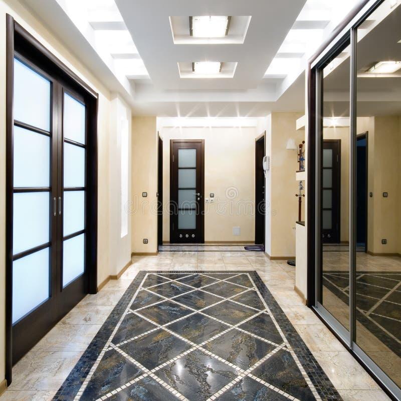 De zaal van de luxe in een nieuwe flat royalty-vrije stock foto's