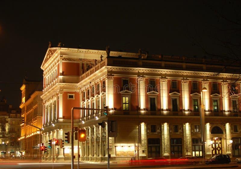 De Zaal van de Muziek van Wenen bij nacht stock afbeelding