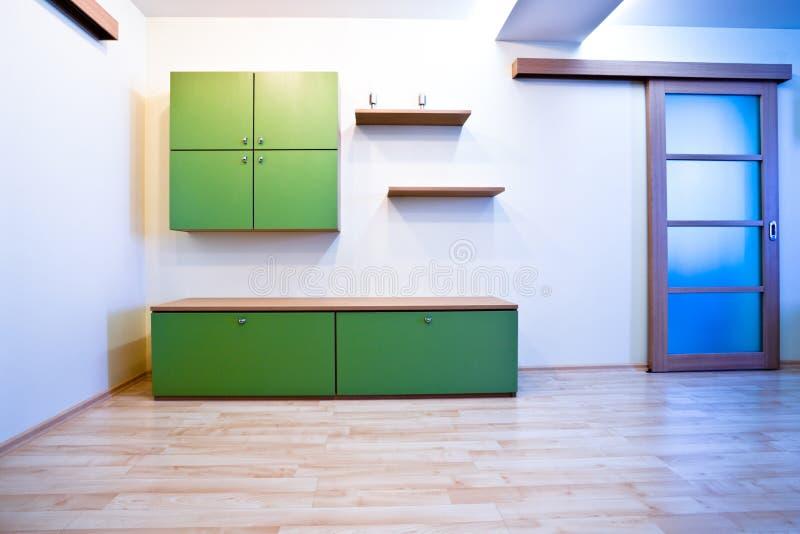 De zaal van Emty met deuren en boekenkast stock afbeelding