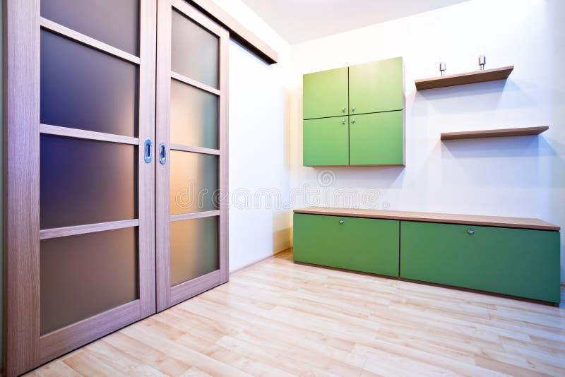 De zaal van Emty met deuren en boekenkasten stock fotografie