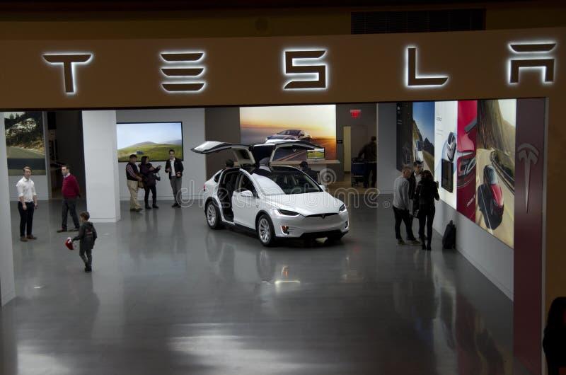 De Zaal van het Teslacar show in Bellevue-Wandelgalerij stock afbeeldingen