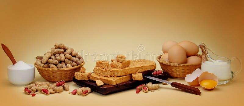 De zachte toffeesamenstelling van de pinda met ingrediënten stock afbeelding