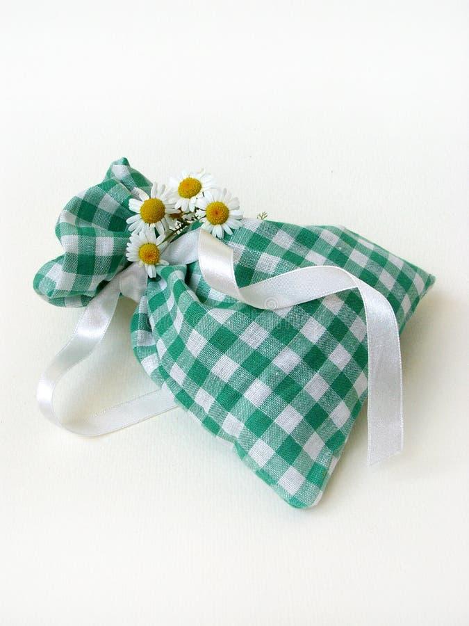 De zak & de kamilles van het welriekend mengsel van gedroogde bloemen en kruiden stock afbeeldingen