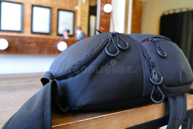 De zak van de fotograaf wordt verlaten op de lijst in de kleedkamer Het materiaal van de fotograaf in de zak stock afbeeldingen