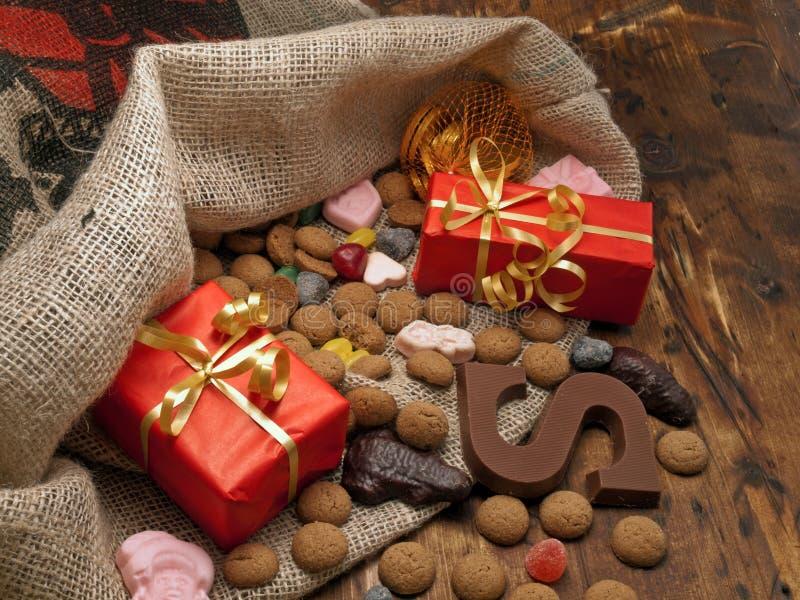 De zak van Sinterklaas met giften stock afbeelding