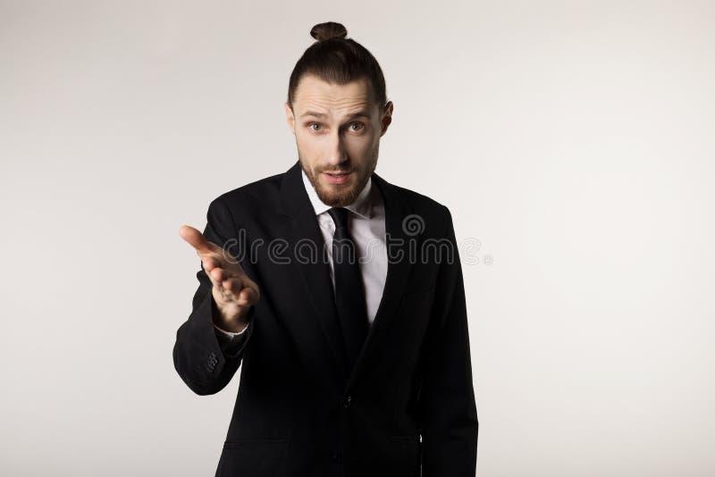 De zaken en het bureauconcept, de knappe aantrekkelijke zakenman in zwart kostuum en de band met in kapsel en beared stock foto