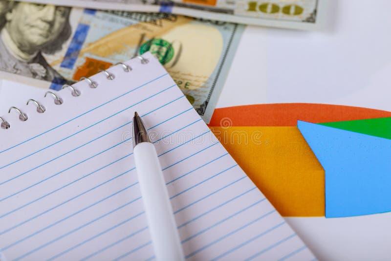 De zaken, financieel, het rekenschap geven of de belasting analyseren concept, bureaucalculator op het diagram van het kleurencir stock afbeeldingen