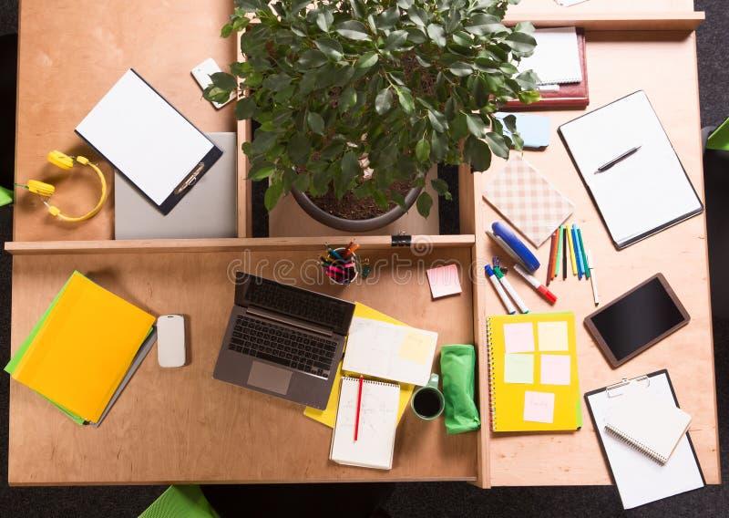 De zaken knoeien op werkende lijst in bureau stock foto