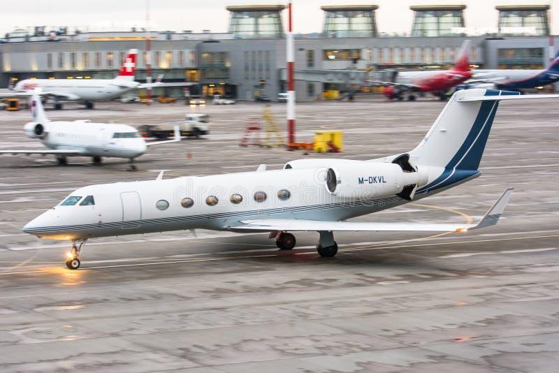 De zaken spuiten vliegtuig luchthaven Pulkovo, Rusland heilige-Petersburg 22 November 2017 stock fotografie