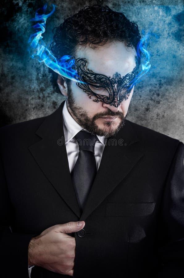 De zaken van het concept, mens met vurige ogen en het Venetiaanse masker dragen royalty-vrije stock fotografie