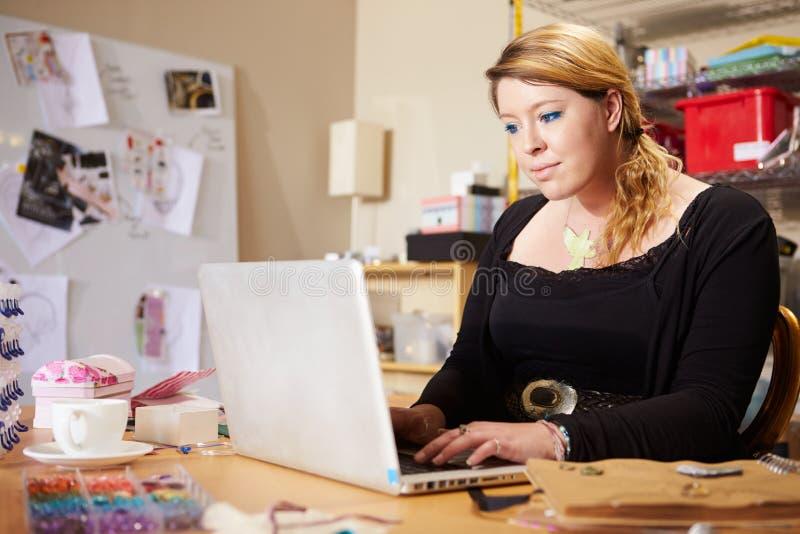 De Zaken van juwelierchecking orders for op Laptop stock afbeeldingen
