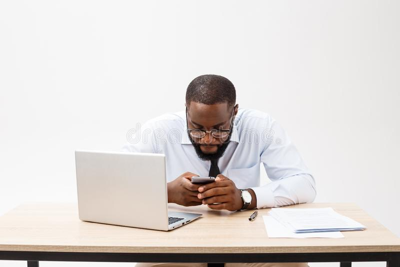 De zaken zijn zijn leven Vrolijke jonge Afrikaanse mens in formele slijtage en het werken aan laptop stock foto's
