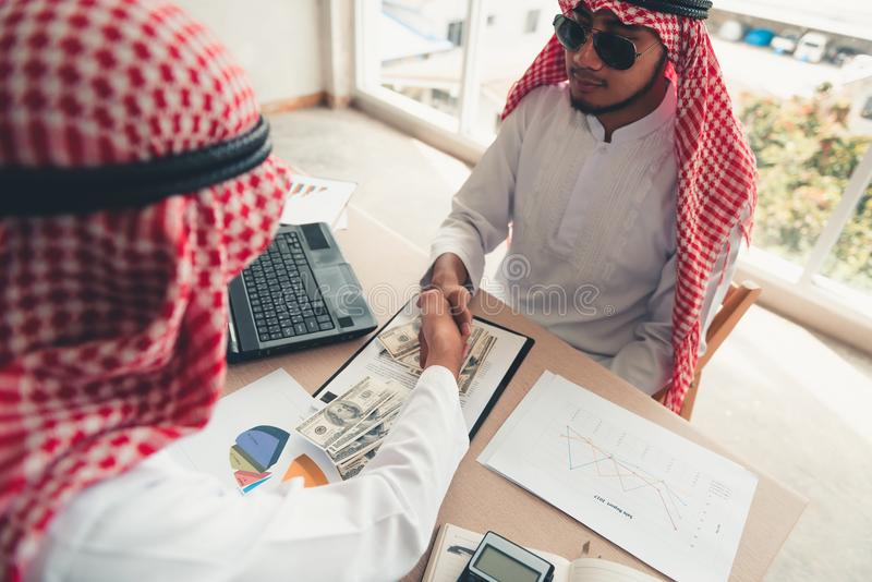 De zakenlieden Arabier zijn de overeenkomst van het handtekeningscontract en handsha royalty-vrije stock afbeelding