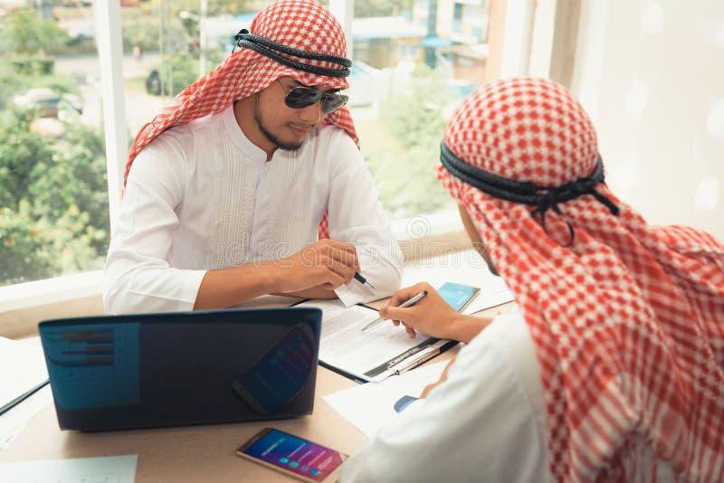 De zakenlieden Arabier zijn samen binnen de overeenkomst van het handtekeningscontract royalty-vrije stock fotografie
