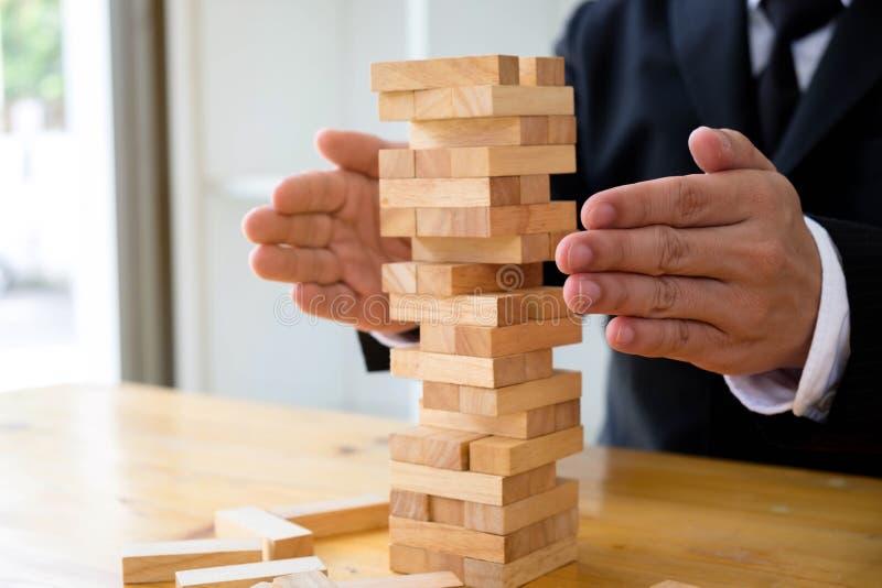 De zakenlieden beschermen domino om te ontbreken Groeiend bedrijfsconcept royalty-vrije stock afbeelding