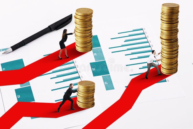 De zakenlieden beweegt een stapel van gouden muntstukken Concept de financiële investeringsgroei stock afbeeldingen