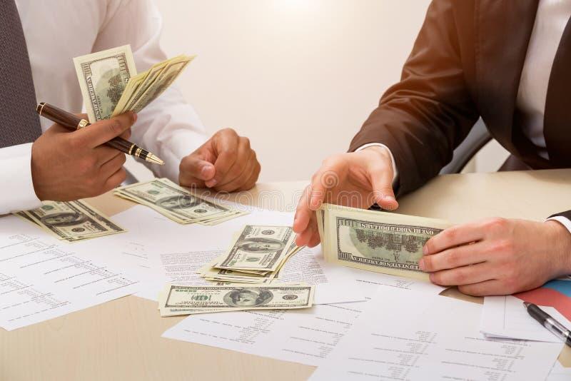De zakenlieden delen winst royalty-vrije stock afbeeldingen