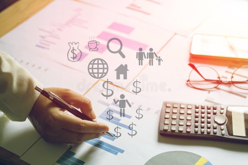 De zakenlieden die een het richten pen houden, zien de grafiek op het werk, hebben royalty-vrije stock afbeeldingen