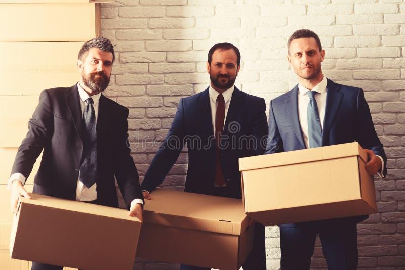 De zakenlieden dragen slimme kostuums en banden Mensen met baard stock afbeeldingen