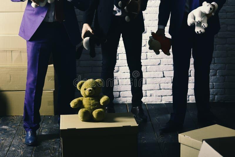 De zakenlieden dragen slimme kostuums en spelen met zacht speelgoed royalty-vrije stock afbeelding