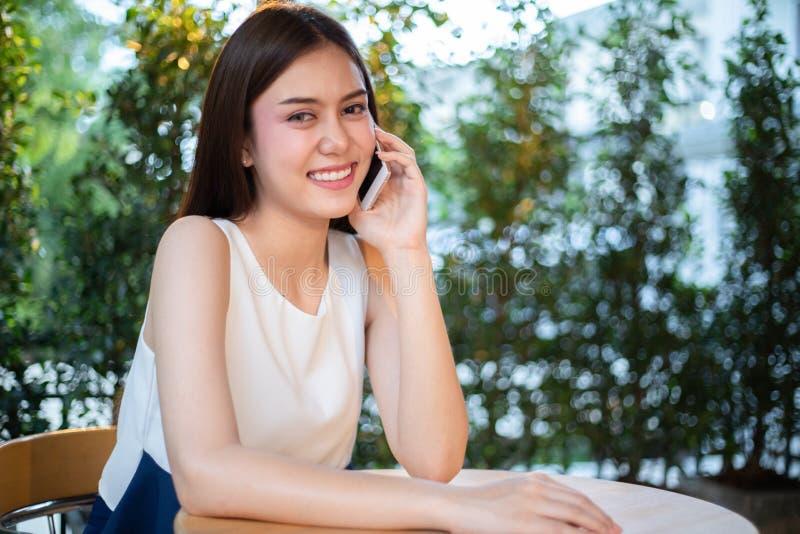 De Zakenlieden en de vrouwen van Azië gebruiken mobiel en raken smartphone voor Mededeling en het controleren op bedrijfsmensen i stock foto's