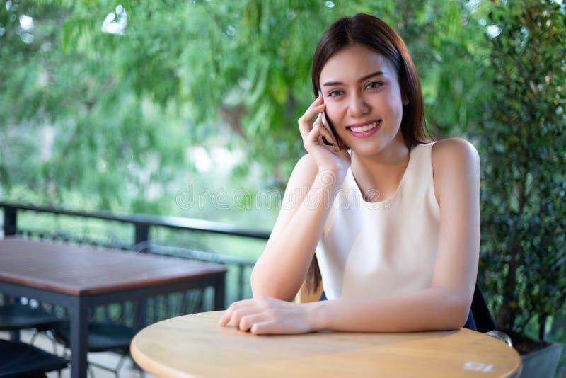 De Zakenlieden en de vrouwen van Azië gebruiken mobiel en raken smartphone voor Mededeling en het controleren op bedrijfsmensen i royalty-vrije stock foto