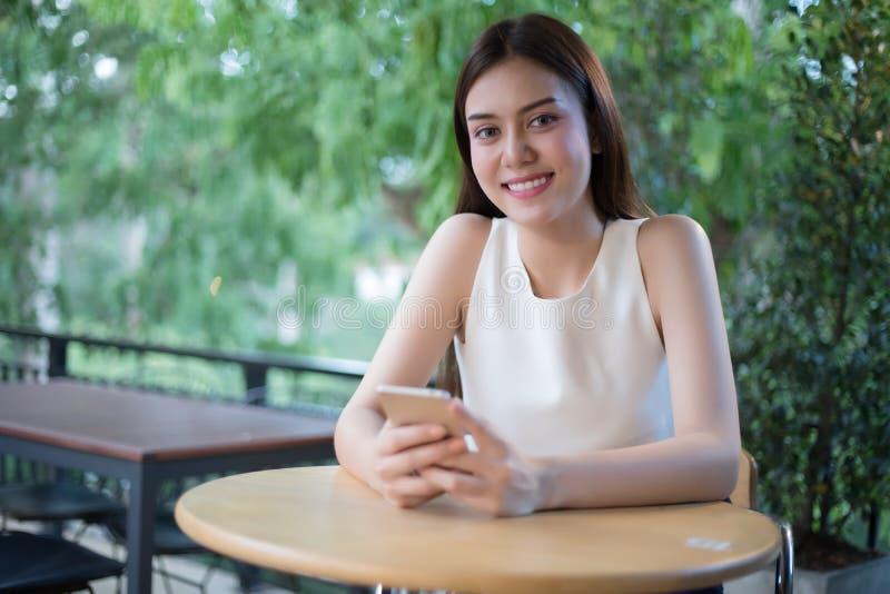 De Zakenlieden en de vrouwen van Azië gebruiken mobiele en aanrakings slimme phon royalty-vrije stock fotografie