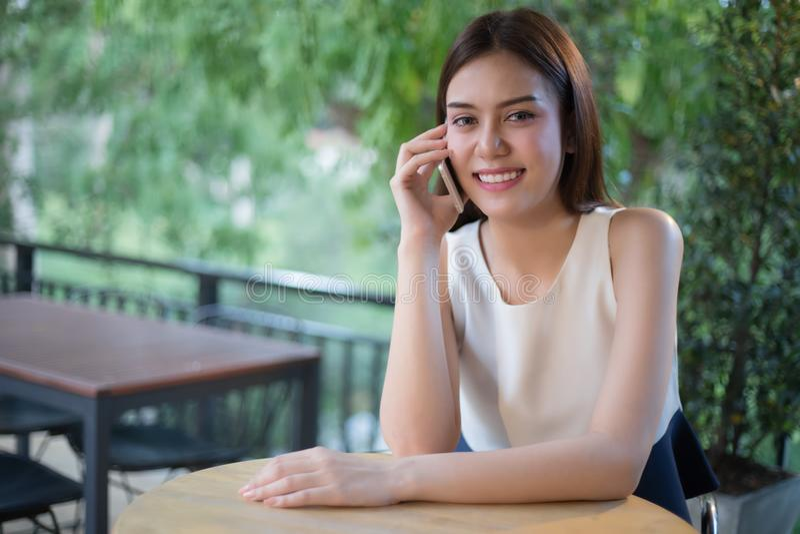 De Zakenlieden en de vrouwen van Azië gebruiken mobiele en aanrakings slimme phon royalty-vrije stock foto's
