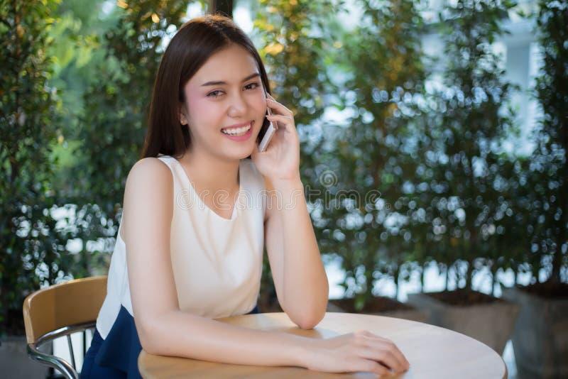 De Zakenlieden en de vrouwen van Azië gebruiken mobiele en aanrakings slimme phon stock foto