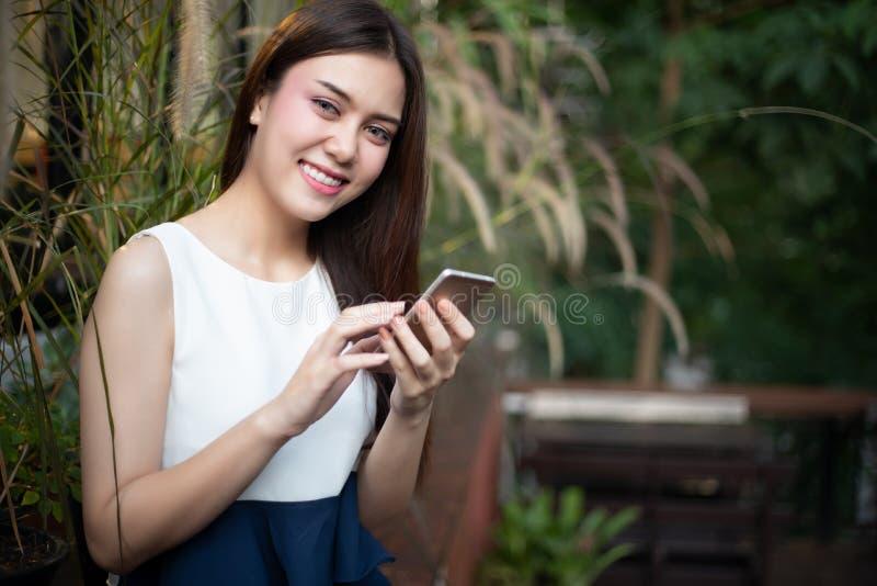 De Zakenlieden en de vrouwen van Azië gebruiken mobiele en aanrakings slimme phon stock foto's