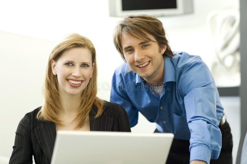 De zakenlieden gebruiken een computer stock afbeeldingen