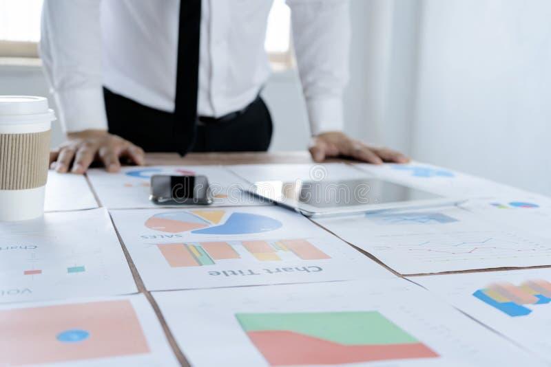 De zakenlieden plannen marketing stock afbeeldingen