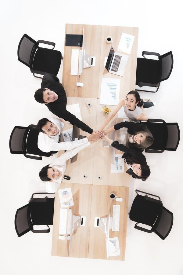 De zakenlieden in team geven vertrouwen aan anderen stock fotografie