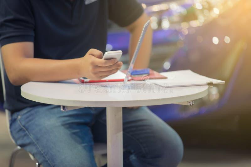 De Zakenlieden van Azië gebruiken mobiele en aanrakings slimme telefoon voor Comm royalty-vrije stock afbeeldingen