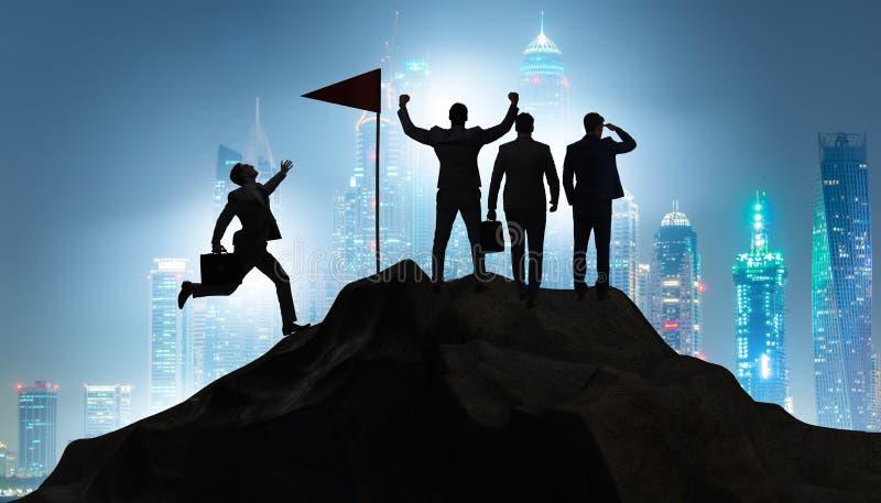 De zakenlieden in voltooiing en groepswerkconcept stock afbeelding
