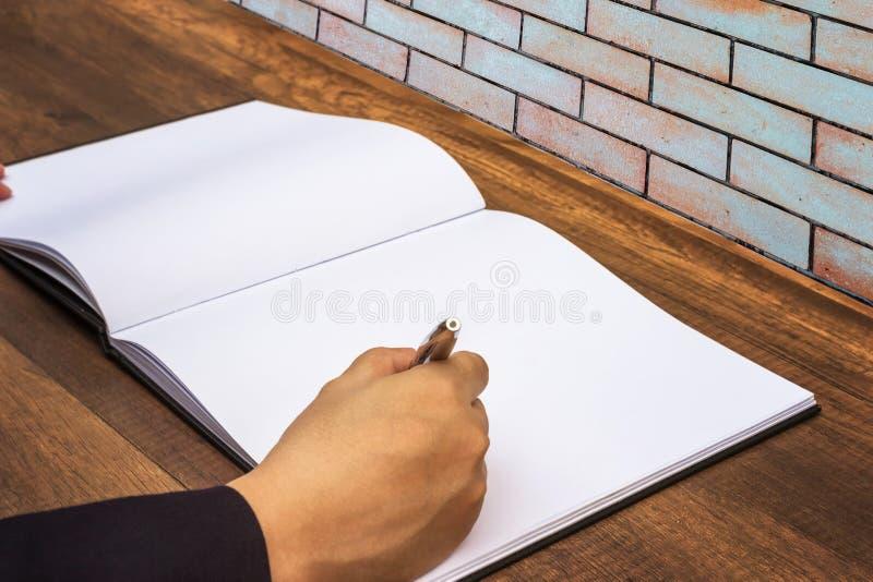 De zakenlieden worden ondertekend stock afbeelding