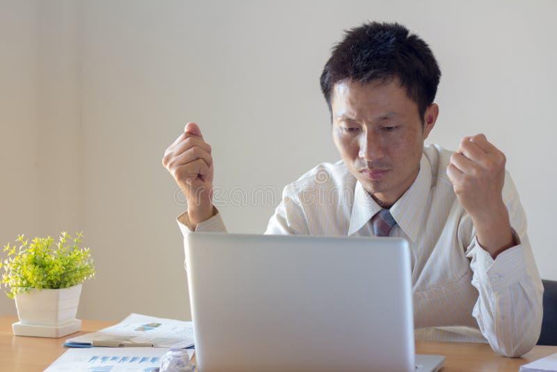 De zakenlieden zijn geschokt en beklemtoond omdat de bedrijfaandelen stock foto's