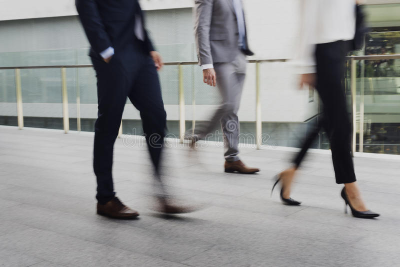 De zakenliedenvrouwen lopen Spoedkostuumconcept royalty-vrije stock foto