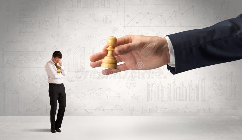 De zakenman is bang om de volgende stap in een schaakspel met grafiekenachtergrond te maken royalty-vrije stock foto