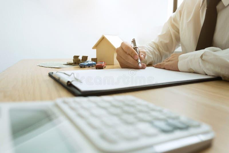 De zakenman berekent het huiszaken van de verkoopprijs Ins van het agentenhuis stock afbeelding