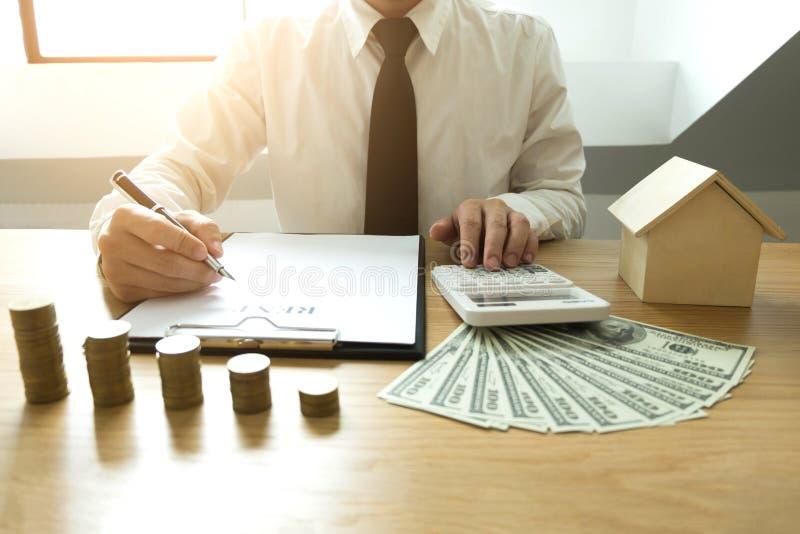 De zakenman berekent koopt - het huis van de verkoopprijs Het huis van de agentenverkoop royalty-vrije stock afbeeldingen